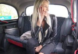 Mladá blondýna si užije v taxíku
