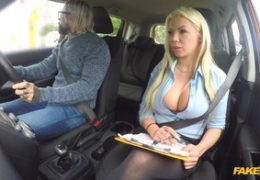 FakeDrivingSchool super kozatá blondýna Barbie Sins