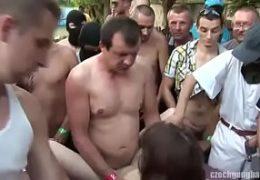 Češi předvádějí pekelnou bukkake akci