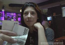 Rychlý prachy barmanka Adriana kvůli sexu zavře lokál
