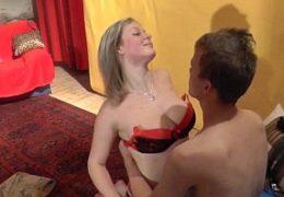Přítelkyně předvádí striptýz