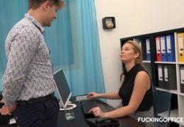Šukací kancelář blondýna Nikky vybírá asistenta