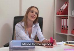 FemaleAgent Alexis dostala chuť na svou podřízenou