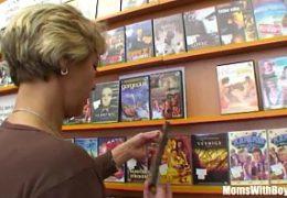 Mladej kluk přefikne maminu v obchodě