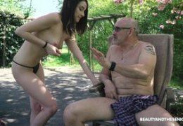 Kráska a senior aneb mrdání sexy kočky venku