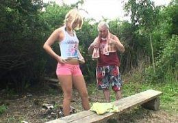 Starej českej dědek ošuká dívku u rybníku