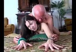 Starej dědek vymrdá mladou kozatou děvku