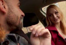 Bella Claire sbalí nadrženého týpka kterému se pokazí auto