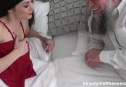 Kráska a senior a sexy Lulu Gun