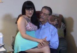 Mladá nadržená holka se nechá obtáhnout důchodcem