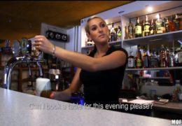 Blonďatá barmanka Lenka se nechá zlákat rychlejma prachama