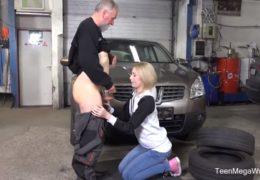 Blondýnka potřebuje levnější opravu auta aneb starý automechanik rád pomůže