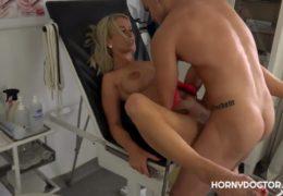 HornyDoctor léčí svým penisem mladou kozatou blondýnku na prohlídce