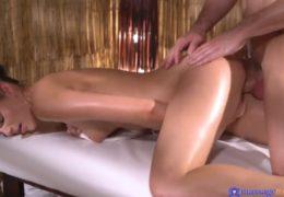 Relaxační masáž s romantikou a příjemným sexem