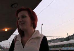 Public Agent aneb studentka dostane pokutu za kouření na nádraží