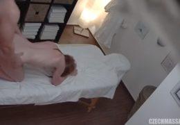 Česká masáž 10 aneb zrzavá holčina potřebuje vyklepat kundičku