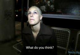 PublicAgent ošuká mladou sexy blondýnku ve vlaku na WC