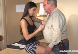 Kráska a senior aneb starý dědek se vychrápe s mladou sekretářkou