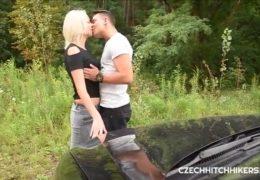 Instruktora autoškoly svede mladá sexuchtivá blondýnka