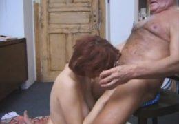 Mladá zrzka musí vysát péro starýmu nadrženýmu dědkovi