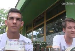Dva mladí kluci jsou ve finanční tísni než je zachrání gay lovec
