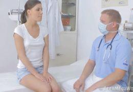Po gynekologickém vyšetření doktor rychle opíchá pacientku