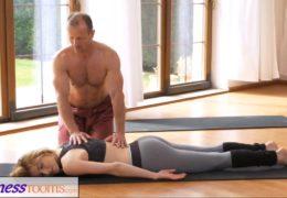 Trenér jógy ošuká mladou fitness trenérku při lekci