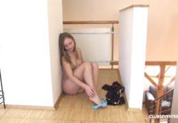Sexy mlaďoučká osmnáctka si doma vyprstí kundičku