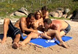 Gang Bang čtyřka si to rozdá s kráskou na slunné pláži