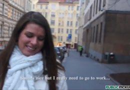 Public Pickups a mladá studující brigádnice Mona