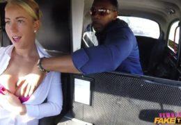Pražská taxikářka si užije v taxíku s vyvinutým černochem