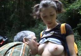 Procházka v lese aneb italský táta vyšuká vyvinutou dcerku