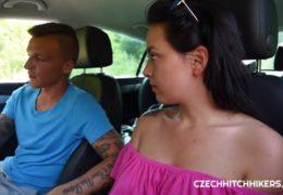 Lektor z autoškoly připravuje kozatou holku na zkoušky