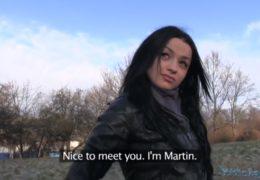 Public agent naláká mladou ukrajinku na placený casting