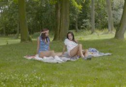 Mladý lesbický kamarádky dováděj venku na louce