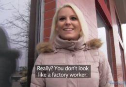 Public agent aneb blondýnka z fabriky se nechá polapit na ulici