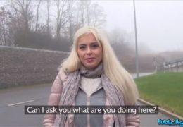 Public agent vymrdá italskou kundičku ve svým autě