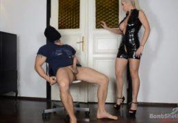 Přísná domina a její domácí sexuální otrok