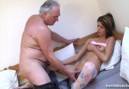 Starej dědek obcuje se svoji mladou vnučkou