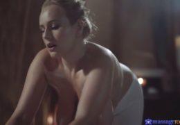 Sexy masérka Angel Wicky umí svou práci velmi dobře