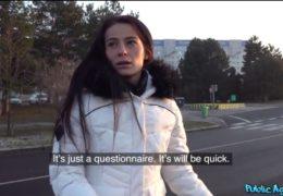 Public agent osloví mladou brunetku s dotazníkem pro školní projekt