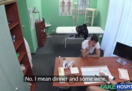 Zdravotní sestřička poskytne útěchu osamocenému pacientovi