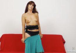 Zralá paní Lada si poškadlí svoji nadrženou kundičku