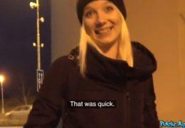Public Agent si honí na zastávce před českou studentku
