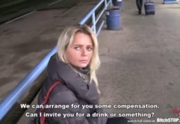 Stopařka Zuzana přispěje na benzín svým tělem