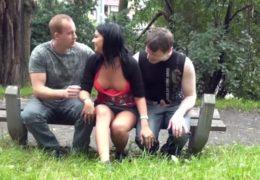 Trojka čechů si rychle zapíchá ve veřejným parku