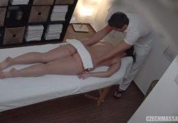 Česká masáž 240 aneb bruneta s plnými tvary má choutky