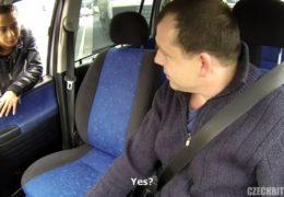Chlípnej řidič si koupí hezkou mulatku co šlape chodník