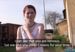 Public agent naláká mladou zrzku na zajímavou brigádičku
