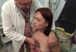 Chlípnej postarší gynekolog si pohraje se svou kozatou pacientkou